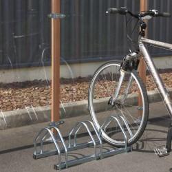 Un range vélo peu encombrant pour 3 vélos. À fixer au sol ou à poser.