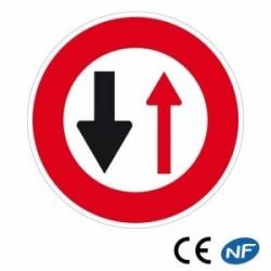 Panneau routier cédez lepassage auvéhicule venant deface (B15)