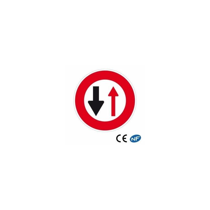Panneau routier pour cédez le passage aux véhicules venant de face (B15)