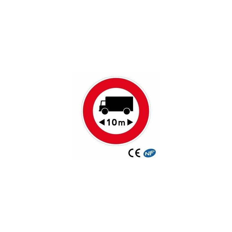 Panneau routier indiquant un accès interdit aux véhicules d'une certaine longueur.