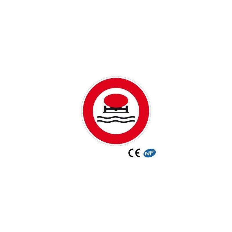 Panneau de circulation interdisant le passage de véhicules transportant des marchandises polluantes