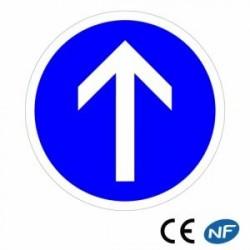 Panneau designalisation indiquant uneobligation d'aller tout droit (B21b)