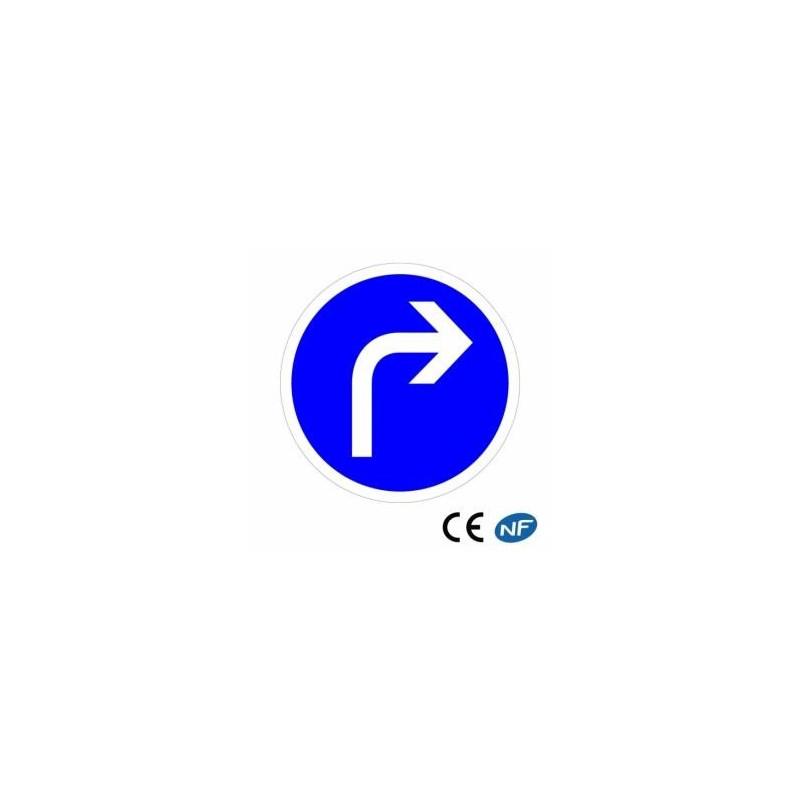 Panneau code de la route indiquant une obligation de tourner à droite conforme aux normes