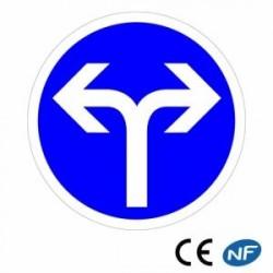 Panneau designalisation dedirections obligatoires àdroite ouàgauche (B21e)