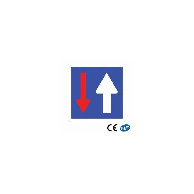 Panneau routier indiquant une priorité par rapport aux véhicules venant d'en face